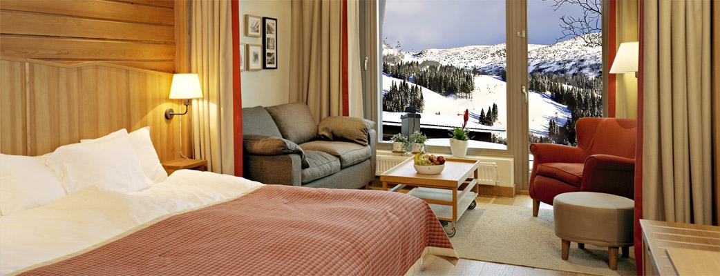 Våra rymliga hotellrum har antingen utsikt mot Åresjön eller upp mot skidbackarna.