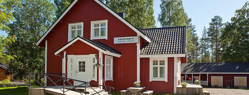 В здании службы приема Holiday Club Hannunkivi работают магазин сувениров и кафе.