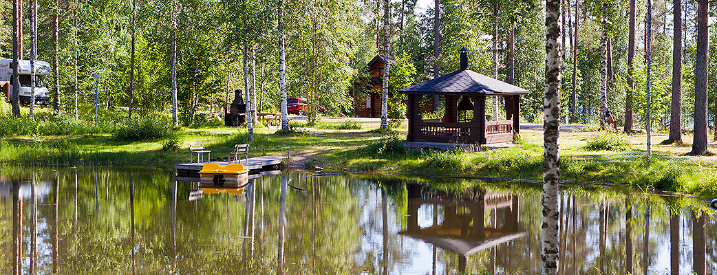 Hannunkiven lomakylä sijaitsee luonnonkauniin Kivijärven rantamaisemissa.