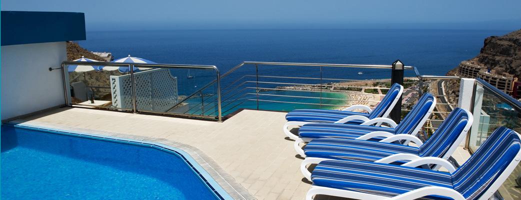 Kattohuoneisto omalla uima-altaalla ja hulppeilla näkymillä.