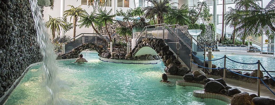 Rentoudu trooppisessa kylpylässä.