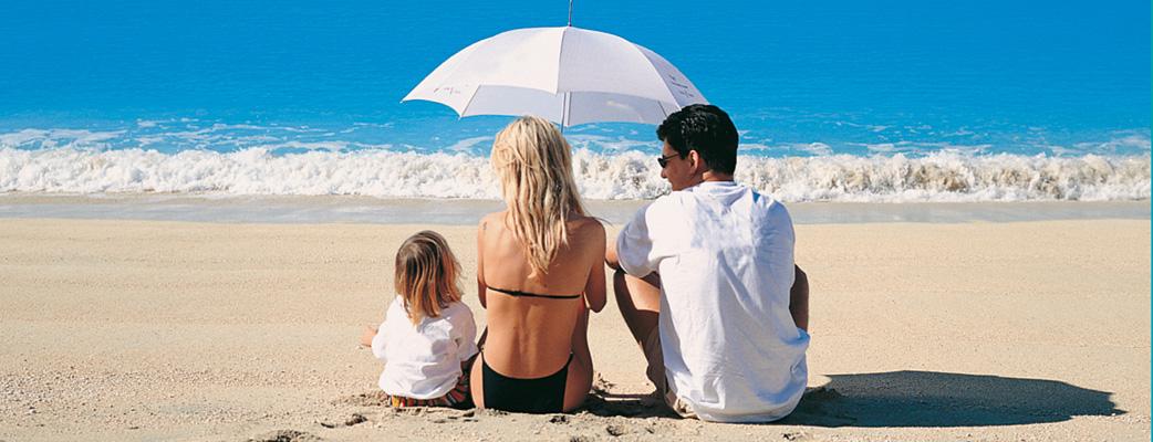 Njut av den vita sandstranden i Amadores - en av de säkraste stränderna på Gran Canaria.