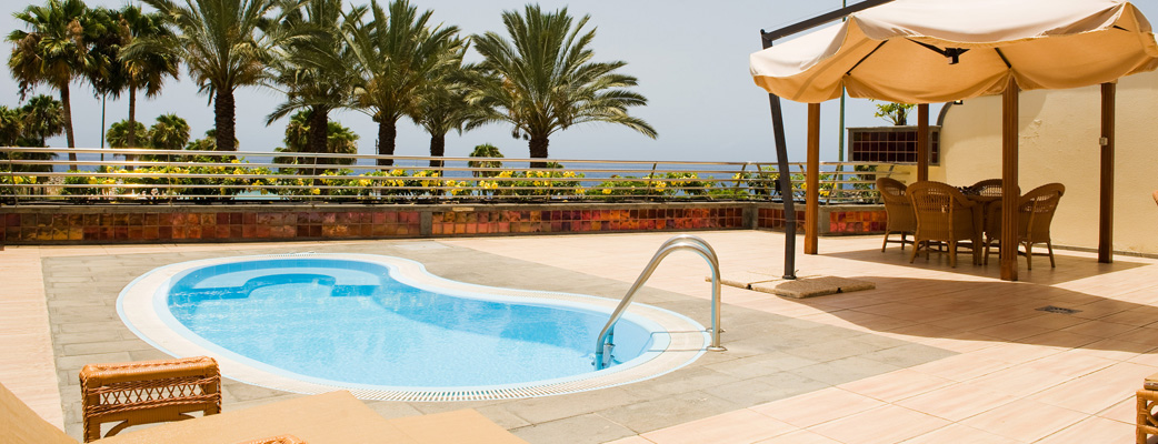 Alla lägenheter har stora terrasser med en skyddad sittgrupp, och vissa har till och med en egen privat pool.