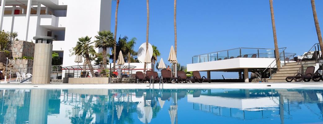 Slappna av och njuta av lite sol runt den stora poolen eller på den rymliga terassen.
