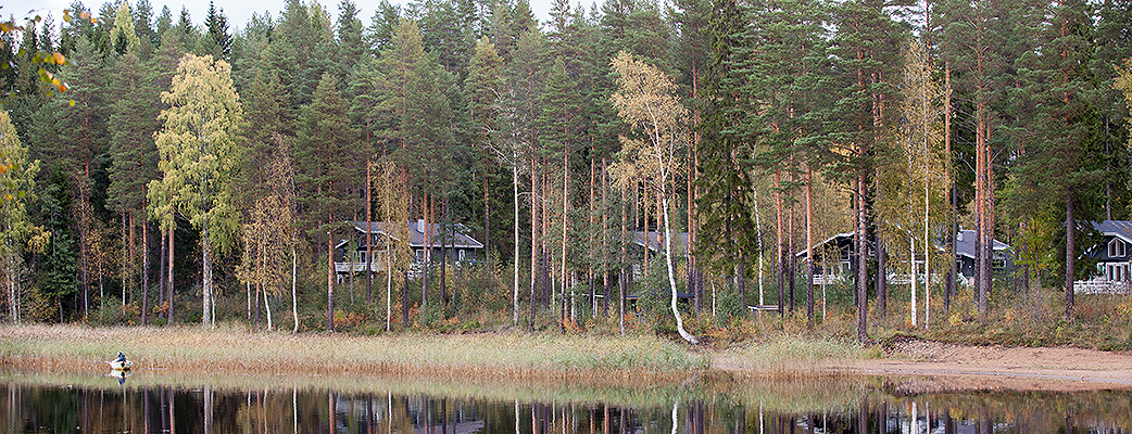 The log villas at Holiday Club Punkaharju are located by Lake Kulennoinen amidst beautiful pines.