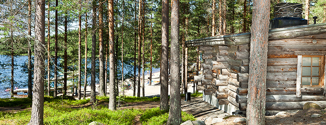 Holiday Club Pyhäniemi sijaitsee komealla mäntykankaalla puhdasvetisen Kankarinjärven rannalla Kihniössä, Pohjois-Hämeessä.