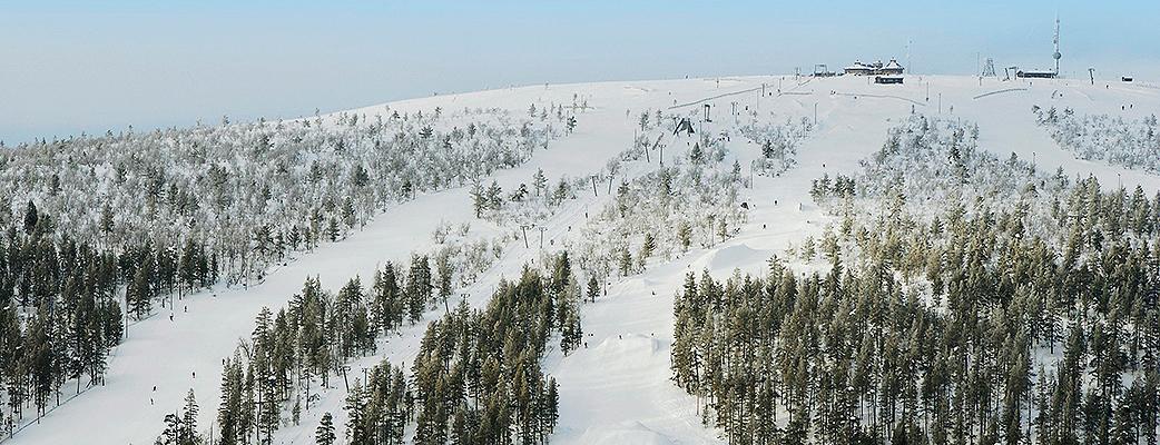 Ski Saariselkä sijaitsee kahden tunturin, Kaunispään ja Iisakkipään, sylissä. Matkaa kylältä rinteisiin on kilometri.