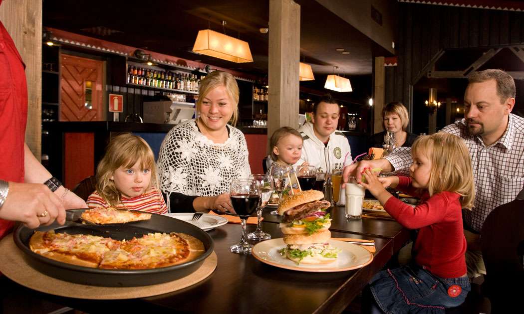 5family-getting-served-pizza-hor.jpg