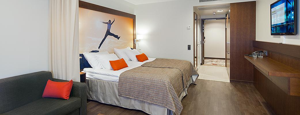 Отель Club – это блестящий выбор для отдыха с семьей. Помимо двуспальной кровати в номере есть удобный диван-кровать. К тому же отель расположен под одной крышей с аквапарком.