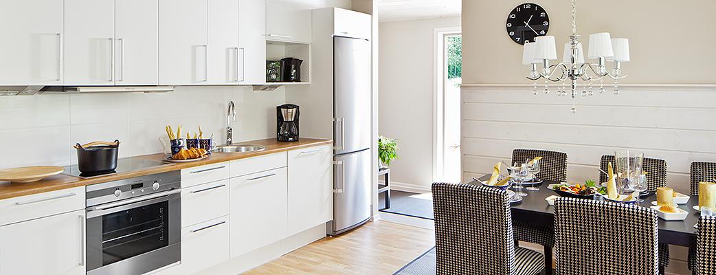 Saimaanrannan loma-asunnoissa tilankäyttö on optimaalista. Yhdistettyyn keittiö-ruokailu-olohuoneeseen mahtuu mukavasti kuusi ihmistä.