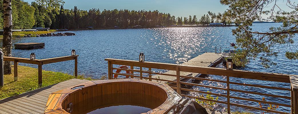 Hossukan Helmi – это стильная сауна на берегу Саймаа, которую можно арендовать для компании друзей или коллег. По суше от Holiday Club Saimaa до нее всего семь километров, путь по озеру – еще короче.
