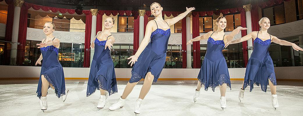 Holiday Club Arena förvandlas till en plats för skridskoåkning, ishockey, curling ... hyr skridskor och snurra själv runt på isen.