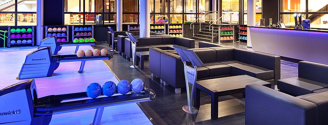Одно из многочисленных развлечений в туристическом комплексе Holiday Club Saimaa – это игра в боулинг в BowlCircus.