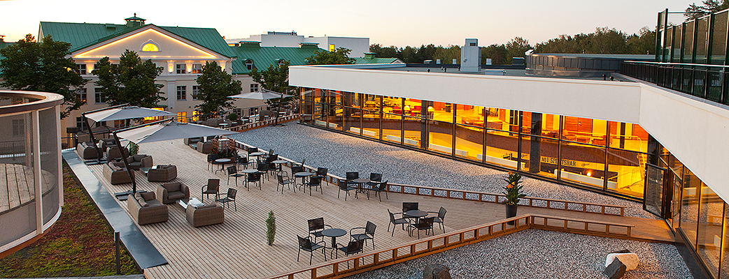 The most stylish place to spend a summer evening: Saimaa's terrace restaurant, with the Castle Hotel silhouette in the foreground.