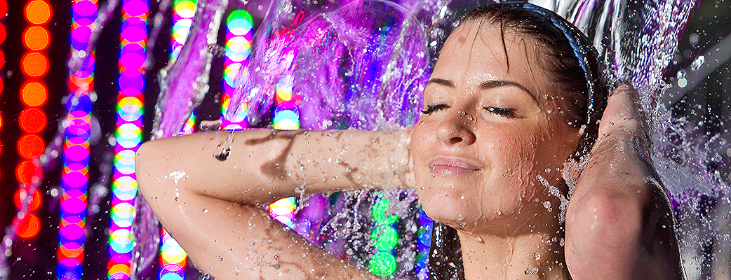 Katsella naisia suihkuta