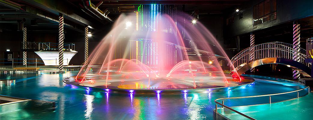 Suihkulähteiden tanssi, musiikki ja värivalot - Cirque de Saimaa -kylpylän tunnelma on satumainen.