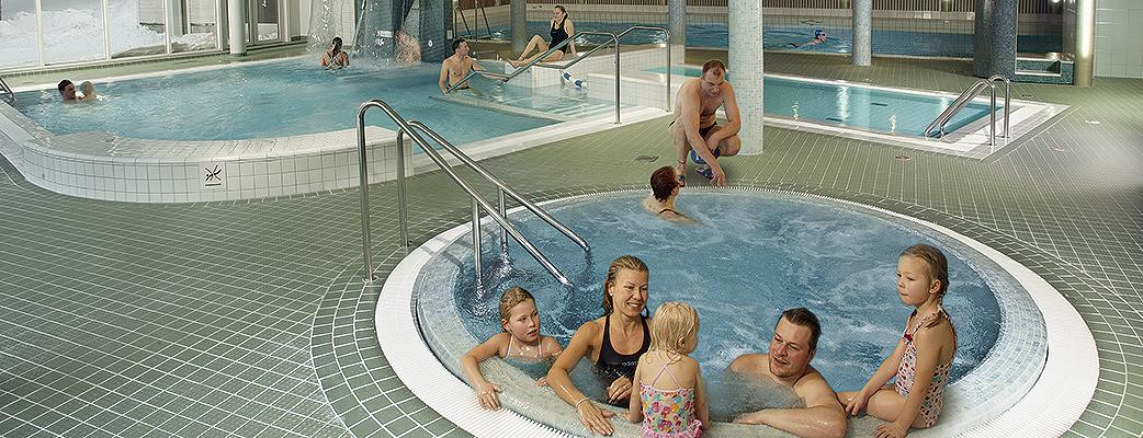 I bubbelpoolen i Sallas fjällspa får hela familjen plats samtidigt.
