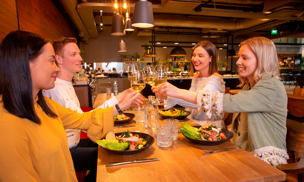 tampere-cotton-friends-starting-to-eat-hor.jpg