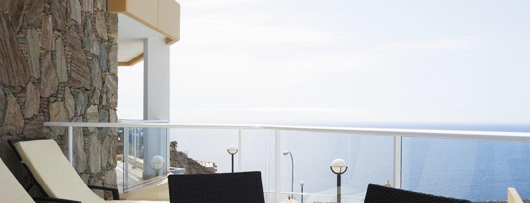Tilavalla parvekkeella voit nauttia Atlantille avautuvasta näkymästä tai rentoutua uima-altaalla tai poreammeessa.