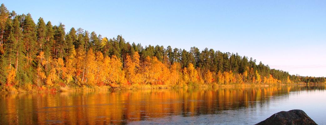 Järvimaisemassa ruskan värit loistavat upeimmillaan.